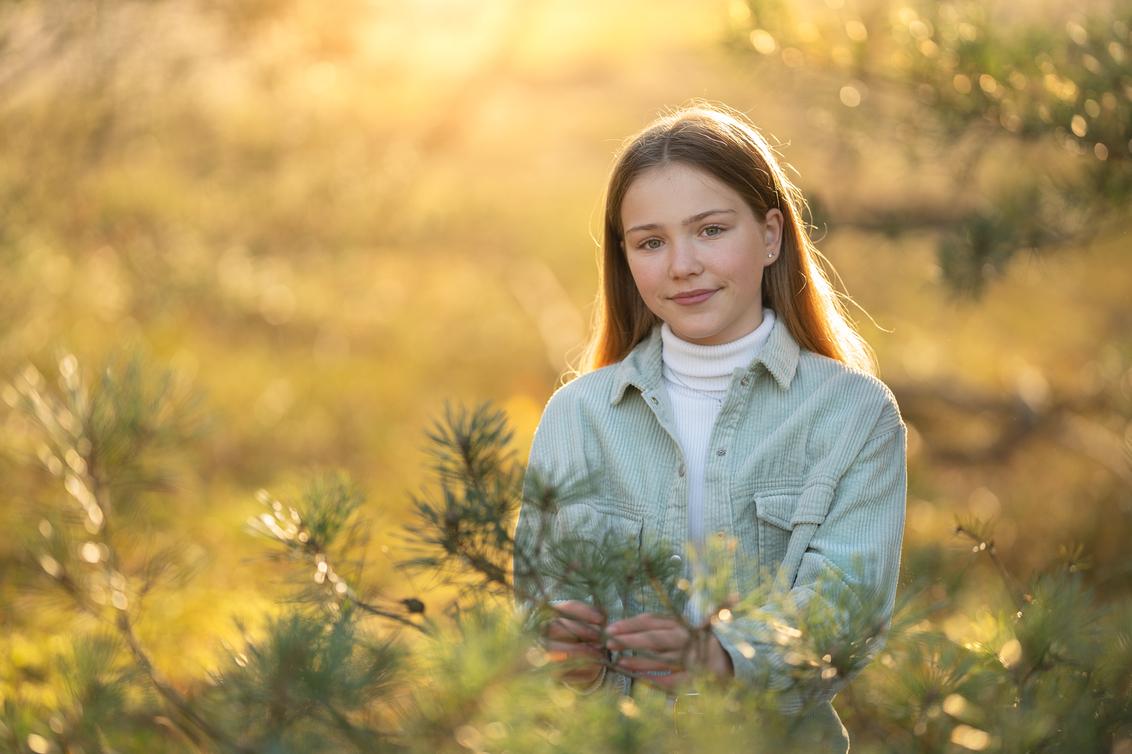 Kirstin - - - foto door BrendaRoos op 06-12-2020 - deze foto bevat: geel, licht, portret, heide, tegenlicht, kind, haar, meisje, zonlicht, blond, naaldboom, bokeh, winterlicht, herfstportret, haarlicht, Felle zon