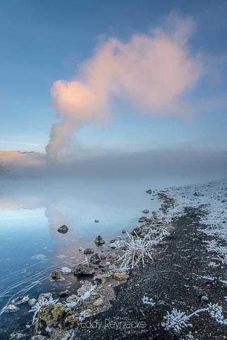 BLUE LAKE - Blue Lake nabij Myvatn IJsland - foto door eddy-reynecke op 11-03-2019 - deze foto bevat: lucht, wolken, zon, water, natuur, licht, herfst, sneeuw, winter, ijs, spiegeling, landschap, mist, tegenlicht, ijsland, bergen, meer, iceland, myvatn, lange sluitertijd, blue lake