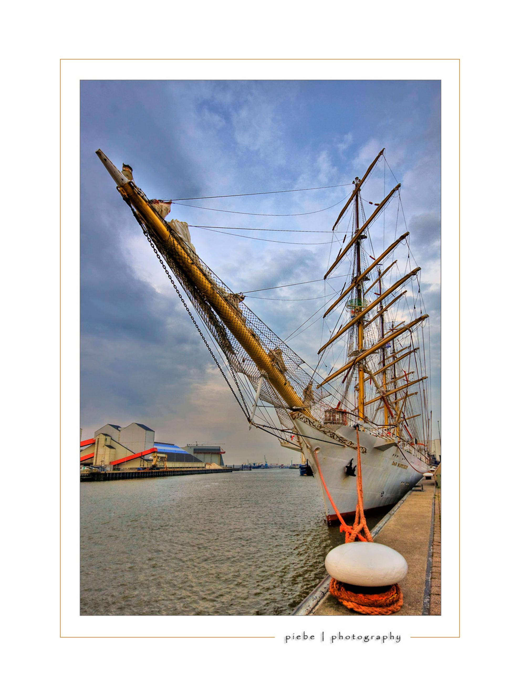 Mlodziezy - Deze foto heb ik gisteravond (05-06-08)gemaakt in Harlingen. Hier zijn vrijdag-zaterdag en zondag de havendagen. Er zijn veel tall-ships. Deze driema - foto door Piebe op 06-06-2008 - deze foto bevat: harlingen, polen, havendagen, driemaster, mlodziezy - Deze foto mag gebruikt worden in een Zoom.nl publicatie
