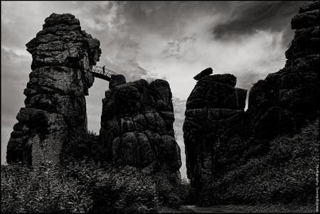 Externsteine #1 - [b]Externsteine, het Duitse 'Stonehenge'[/b]  Afgelopen zomer tegen de avond gefotografeerd; er komt een ferme bui aan, zeer prachtig de aanblik va - foto door TommyDijkwel op 07-11-2017 - deze foto bevat: landschap, mythe, zonnewende, teutoburgerwoud, Externsteine, germaans heiligdom, rots-complex, duitse stonehenge