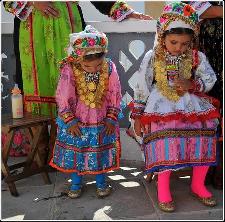Moe.. zo moe.. - 15 augustus, een nationale feestdag in Griekenland en dat allemaal ter ere van Maria Hemelvaart met alle hectiek die er bij komt kijken van dien. Na  - foto door rudy-rudy op 11-09-2009 - deze foto bevat: zomer, klederdracht, meisjes, feest, griekenland, flesje, eiland, hitte, karpathos, dodekanesos, olymbos