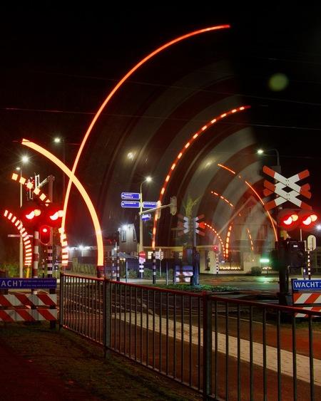 Long Exposure - met mijn Canon 2000D en een F8.0 | 10s sluitertijd en een ISO van 100 deze leuke bijzondere foto gemaakt! Gelukkig komen de treinen elke 20 minuten ( - foto door WilbertHeijkoop op 08-12-2020 - deze foto bevat: licht, avond, trein, art, metro, centrum