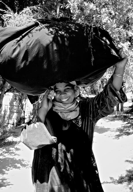jonge vrouw in Marokko hard aan het werk