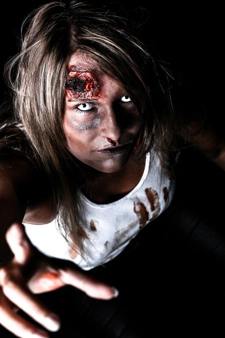Kimberley - - - foto door s.viset op 27-06-2017 - deze foto bevat: vrouw, mensen, donker, portret, flits, ogen, meisje, emotie, photoshop, eng, zombie, halloween, fotoshoot, flitser