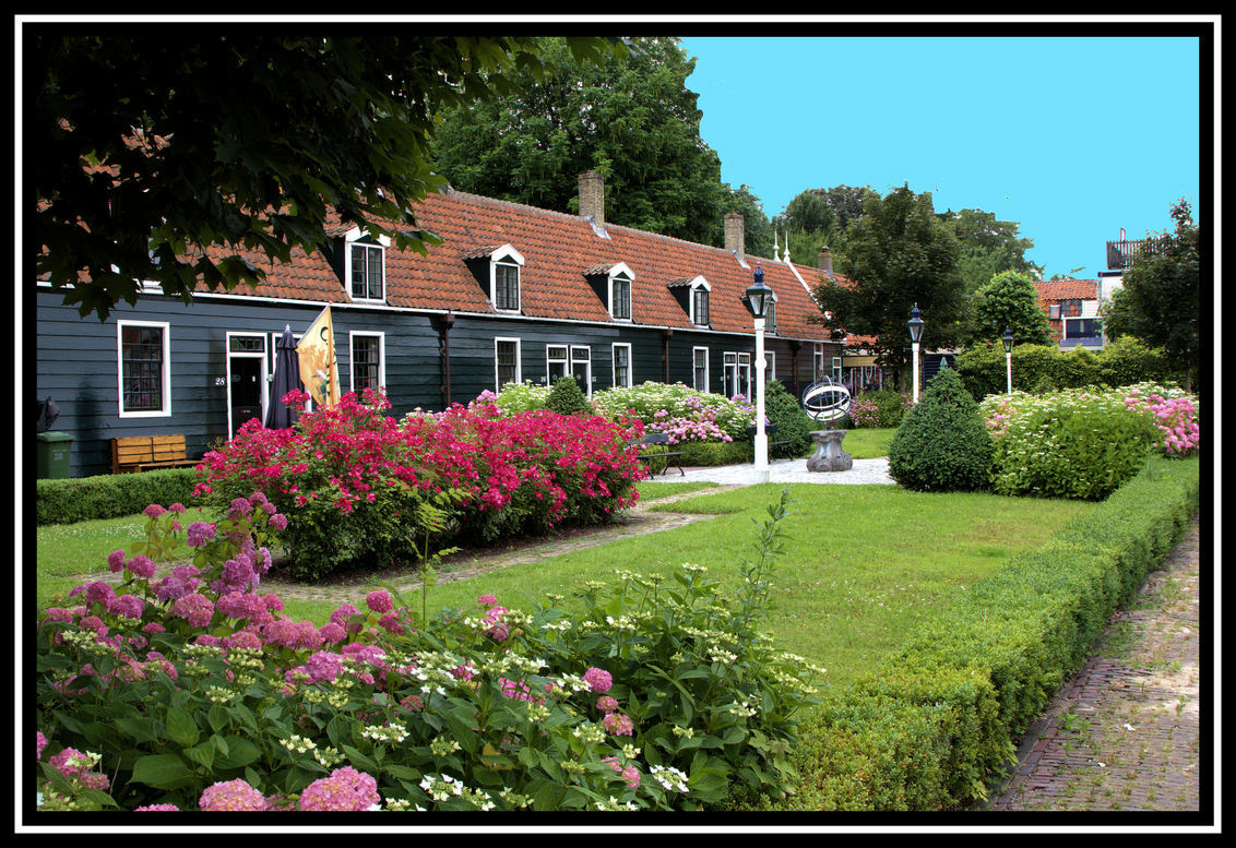 Mooi wonen . - Deze huisjes zijn gebouwd in 1765 . en staan in het hart van Zaanstad   te Wormerveer .. - foto door jelle13 op 11-07-2013 - deze foto bevat: gras, ramen, planten, bomen, deuren, huizen, wonen