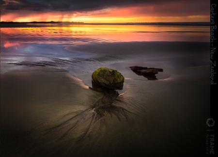 Carters Beach - Een heerlijke zonsondergang op Carters Beach aan de westkust van het Zuidereiland van Nieuw Zeeland. Snel een mooi plekje zoeken. De steen, het stuk  - foto door framefotografie op 31-03-2019 - deze foto bevat: lucht, wolken, zon, strand, zee, water, natuur, licht, avond, zonsondergang, vakantie, landschap, duinen, tegenlicht, zand, steen, kust, zuidereiland, nieuw zeeland