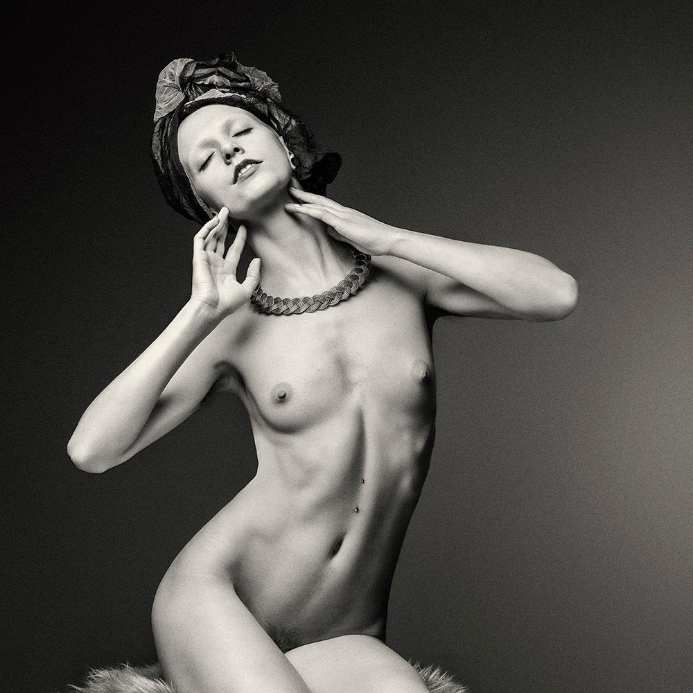 Nude Art With Kerchief - met Talli Lindsey - foto door jhslotboom op 19-01-2021 - deze foto bevat: vrouw, model, naakt, zwartwit, studio, klassiek, hoofddoek, artistiek, nude art, talli lindsey