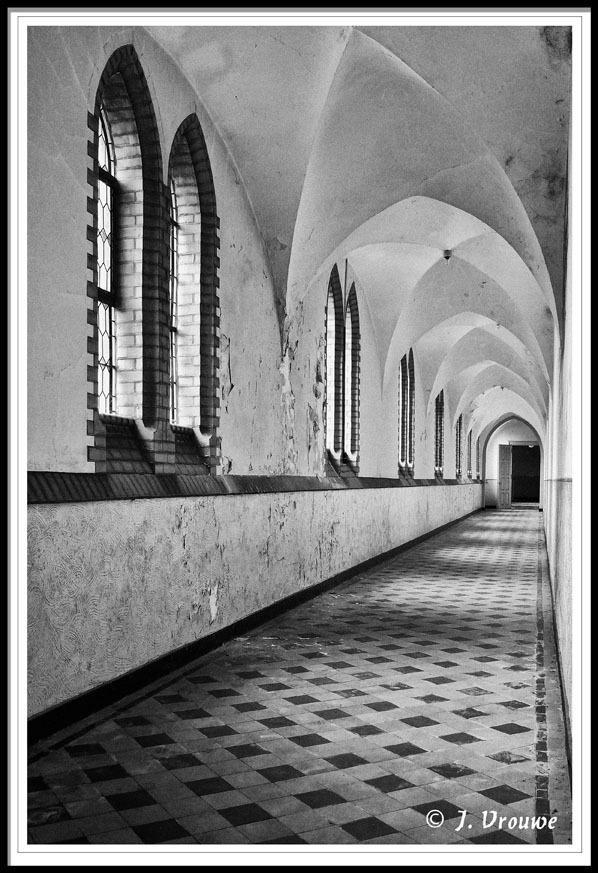 kloostergang - Een klooster in zuid Nedeland - foto door janv2 op 07-12-2013 - deze foto bevat: oud, non, ramen, gang, klooster, pater, kostschool, meisjes internaat