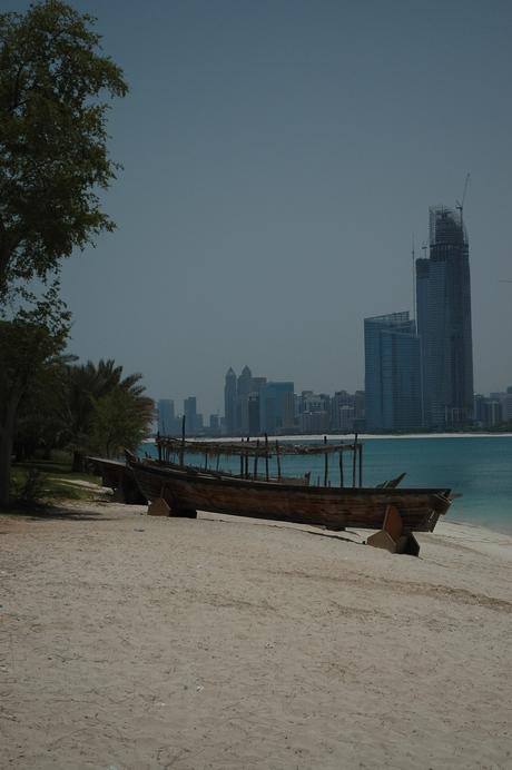 Uitzicht vanaf het strand op Abu Dhabi