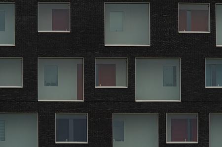 Achter glas - - - foto door PaulvanVliet op 15-11-2020 - deze foto bevat: station, abstract, lijnen, architectuur, gebouw, kunst, stad, woning, perspectief, kleurrijk, huis, flat, apart, nootdorp, Den Haag