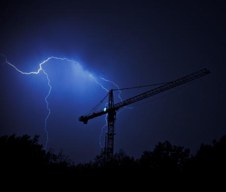 Onweer boven een kraan in Utrecht