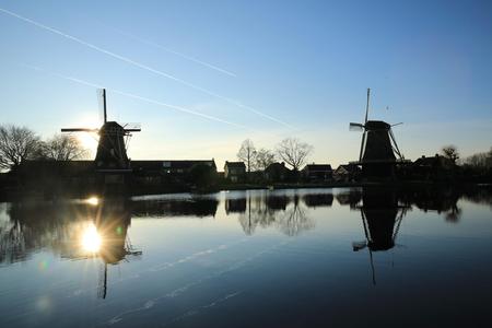 Molen de Vriendschap - #molens #contrails #landschapsfotografie #zonsondergang #devecht #blueskies #reflectie - foto door rutgertw op 17-01-2020