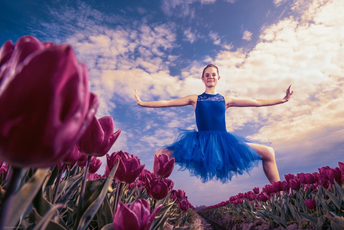 Sophie - - - foto door Etsie op 21-04-2020 - deze foto bevat: kleuren, wolken, tulpen, lente, tulp, lijnen, voorjaar, dans, meisje, ballet, compositie, pose, jurk, pastel, ballerina, outfit, fine art