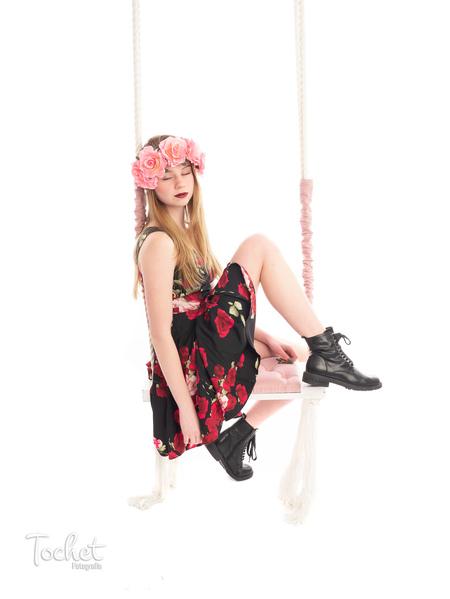 Schommel fotoshoot - Een studio fotoshoot met schommel. Combi van stoere boots met bloemen jurkje.  Een heel mooi moment van ontspanning tijdens de shoot. - foto door toos1306 op 28-02-2021 - deze foto bevat: portret, haar, meisje, lief, beauty, studio, fotoshoot