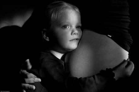 Hallo lieve baby - Laagstaand winterzonnetje viel mooi door de gordijnen. Vanaf statief foto van mama's buik en grote zus. - foto door robuit op 05-01-2010 - deze foto bevat: zus, zwanger, mama, zwart wit