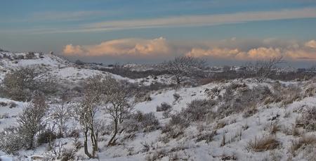 Aparte, dreigende lucht - Sneeuw, landschap, met daar boven een dreigend pak wolken. Het zag er wel heel apart uit, alsof er zo weer een pak sneeuw zou kunnen vallen. Ik von - foto door agnes bax op 24-01-2010 - deze foto bevat: lucht, wolken, sneeuw, winter, dreigend