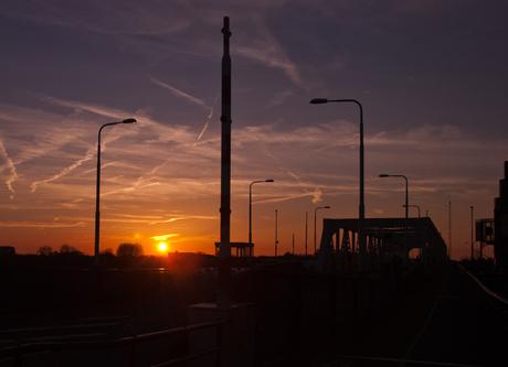 Zon`s ondergang bij de Zwijndrechtse brug