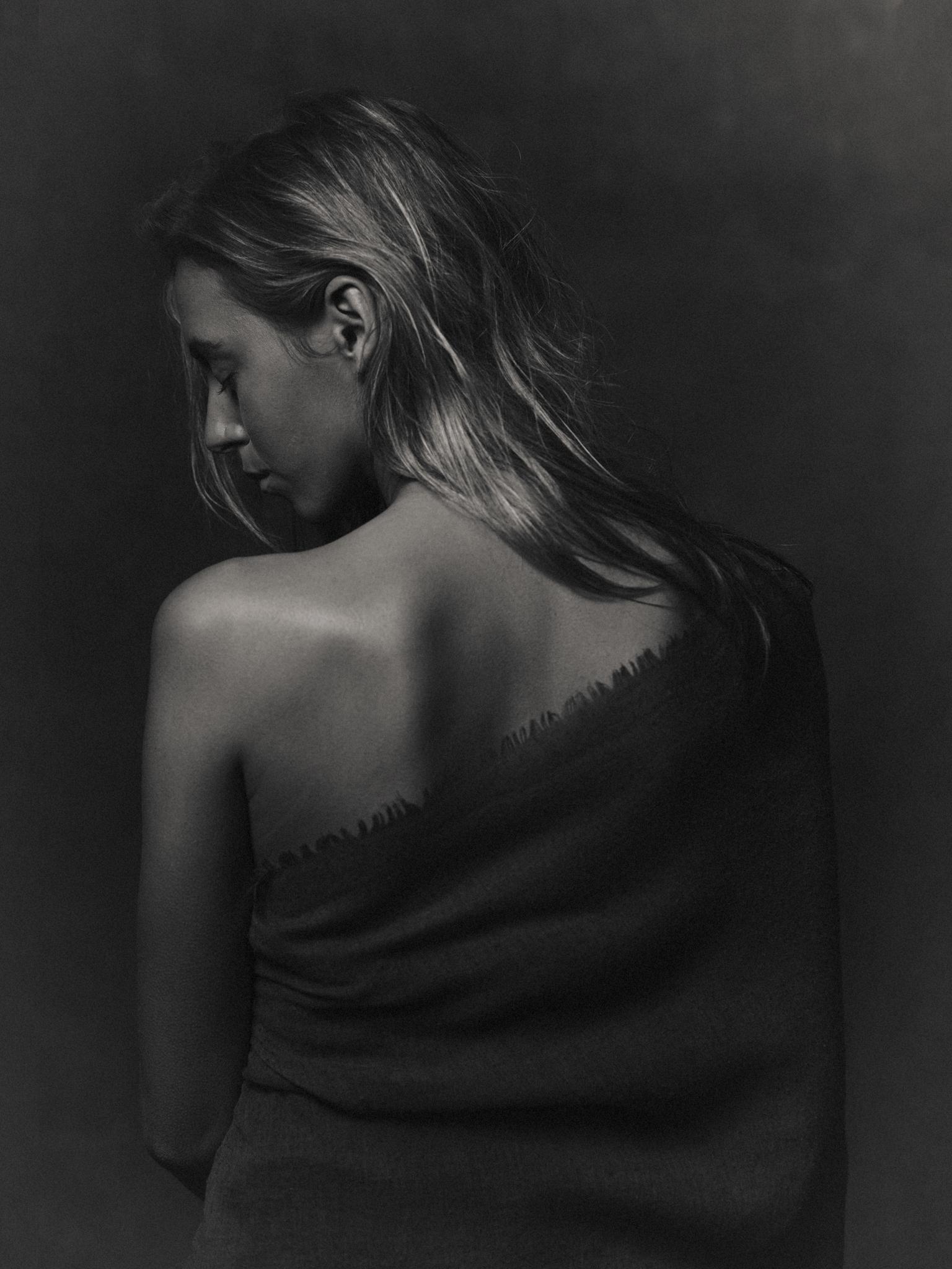 C H A R L O T T E - * - foto door Marcel-Mellema op 12-04-2021 - deze foto bevat: emotie, donker, vrouw, doek, schouder, haar, zwartwit, monochrome, haar, hoofd, lip, arm, schouder, oog, wimper, flitsfotografie, menselijk lichaam, nek