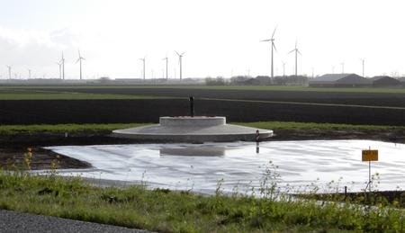 project windmolen - langs de snelweg richting Lelystad is men druk doende windmolens te plaatsen. op de foto zie je dus de voet en het grotere platvorm waar ook nog wel  - foto door Tonny1946 op 11-04-2021 - locatie: Lelystad, Nederland - deze foto bevat: snelweg, plateau, voet voor windmolen, gras, lelystad, polder, 6 april 2021, windmolens, boerderij, bossages, lucht, windmolen, fabriek, wit, natuurlijke omgeving, infrastructuur, land veel, natuurlijk landschap, windmolenpark, gras