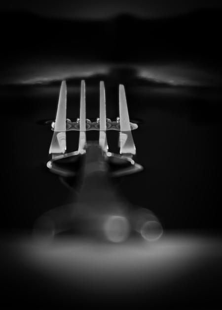 Vork - Abstract, fotocursus - foto door Tamara-88 op 14-04-2021 - deze foto bevat: kap, automotive verlichting, automotive ontwerp, flitsfotografie, gebaar, grijs, water, stijl, zwart en wit, lettertype