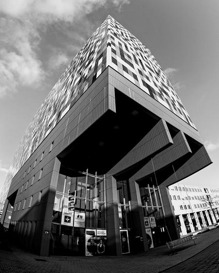 Casa Confetti 11 - Zwart-wit versie ven eerdere upload. - foto door nak-kos op 11-04-2021 - deze foto bevat: zwart-wit, fisheye, architectuur, utrecht, lucht, wolk, gebouw, wit, zwart, fabriek, zwart en wit, stijl, facade, oriëntatiepunt
