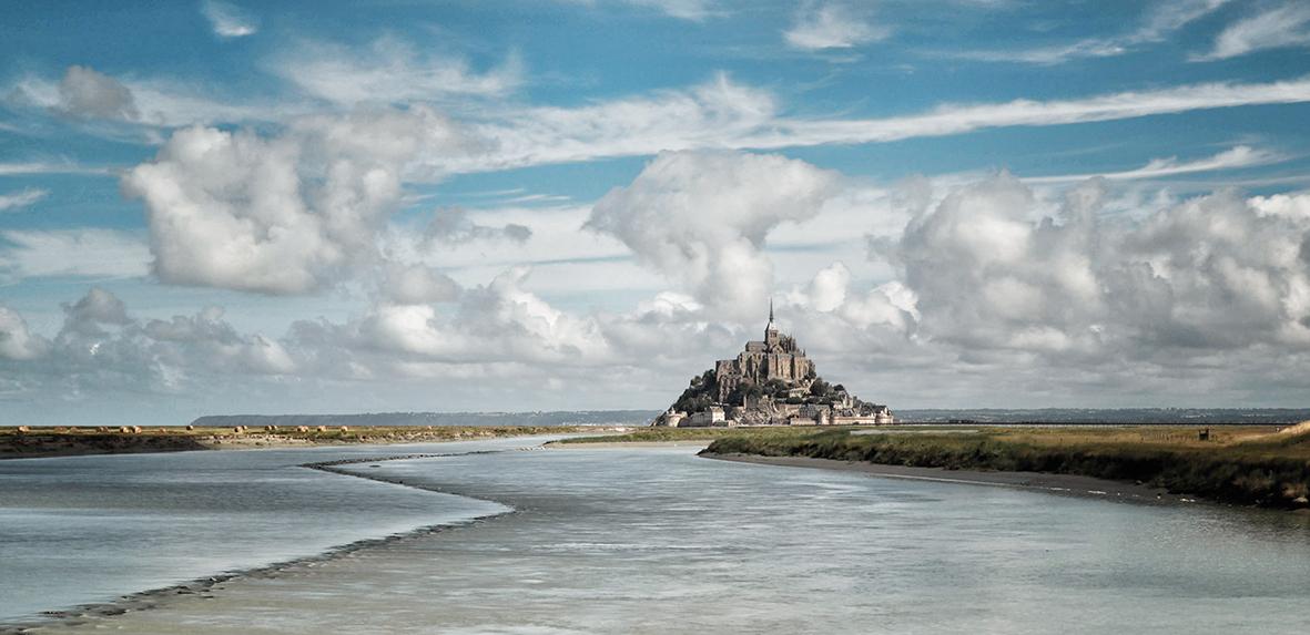Le Mont-Saint-Michel - Le Mont-Saint-Michel in Frankrijk - foto door cdgrf op 11-04-2021 - deze foto bevat: le mont-saint-michel, unesco, werelderfgoed, architectuur, landschap, frankrijk, kerk, kathedraal, wolk, water, lucht, watervoorraden, natuurlijk landschap, gebouw, cumulus, huis, landschap, horizon