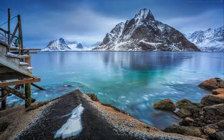 A thin layer of ice - Helaas geen winterse opname van Nederland maar om toch in de wintersfeer te blijven een opname van de Lofoten.  Hier een mooi uitzicht op de fjord  - foto door h.meeuwes op 23-01-2019 - deze foto bevat: lucht, zee, water, panorama, sneeuw, ijs, landschap, bergen, kust, noorwegen, lofoten, rotsen, fjord, steiger, reine