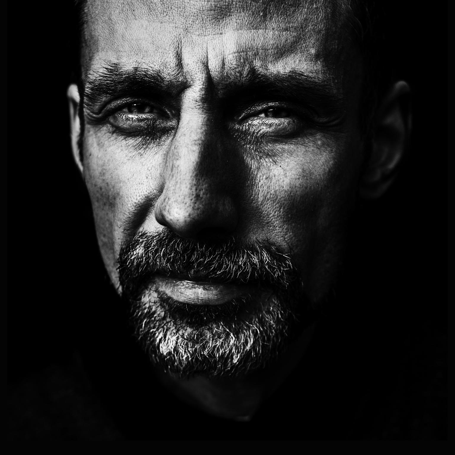 indringend portret - Soms heb je niet meer nodig dan 2 ogen om een verhaal te vertellen. - foto door Lucimage op 12-04-2021 - locatie: België - deze foto bevat: zwartwit, lichtdonker, contrast, ogen, emotie, verbinding, voorhoofd, neus, wenkbrauw, mond, baard, flitsfotografie, kaak, wimper, oor, geen uitdrukking