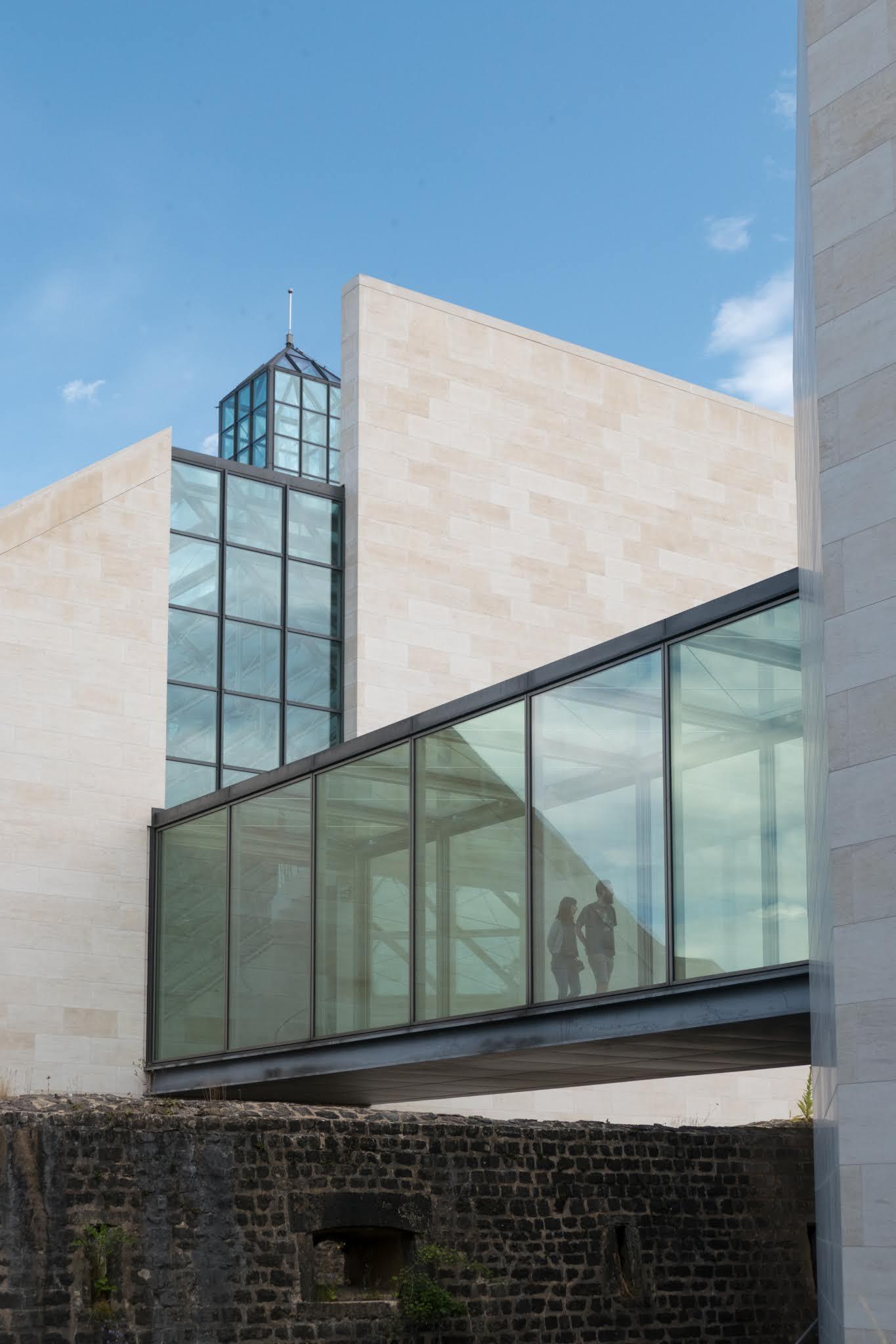 Modern glas, oude stenen - Prachtig museum voor moderne kunst bij Luxemburg, heel mooi gebouw gebouwd op een oude ruïne. Om nog maar niet te spreken over de collectie binnen.. - foto door Defoxx op 16-04-2021 - deze foto bevat: modern, glas, architectuur, luxemburg, reis, strak, lijnenspel, lucht, gebouw, wolk, venster, armatuur, buurt, woongebied, steen, materiële eigenschap, samengesteld materiaal