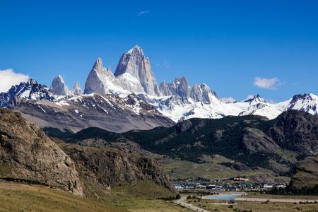 Mount Fitzroy - De granieten pieken van Mount Fitzroy torenen uit boven het plaatsje El Chaltén in Argentijns Patagonië. - foto door Dalix op 28-02-2021 - deze foto bevat: argentinie, patagonie, mount fitzroy