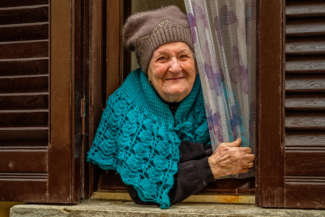 """Smile! - Ontmoeting op de vroege zaterdagochtend van de 24 uur processie """"I Misteri"""" in Trapani, tijdens de Goede Week. - foto door willemku_zoom op 24-04-2019 - deze foto bevat: oud, vrouw, mensen, straat, portret, straatfotografie, sicilie, Trapani"""