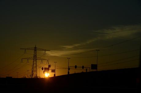 de verkeersborden in de avondzon