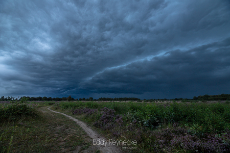 Onweer Baloerveld 2 - Afgelopen nazomer (sept) trokken er dikke onweersbuien over het land, de lucht was echt super gaaf en draaide precies over ons heen. - foto door eddy-reynecke op 24-12-2020 - deze foto bevat: lucht, wolken, natuur, licht, herfst, winter, avond, landschap, heide, tegenlicht, storm, onweer, baloerveld, lange sluitertijd, dreigende lucht