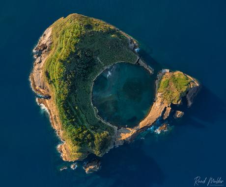Krater in de oceaan