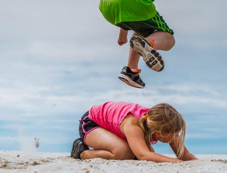 Kids workout - - - foto door iCyn op 30-06-2016 - deze foto bevat: strand, spring, hoog, high, jump, kinderen, sprong