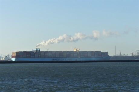 P1130692 H v H Waterweg Optisch grapje Containerschip 17 dec 2020