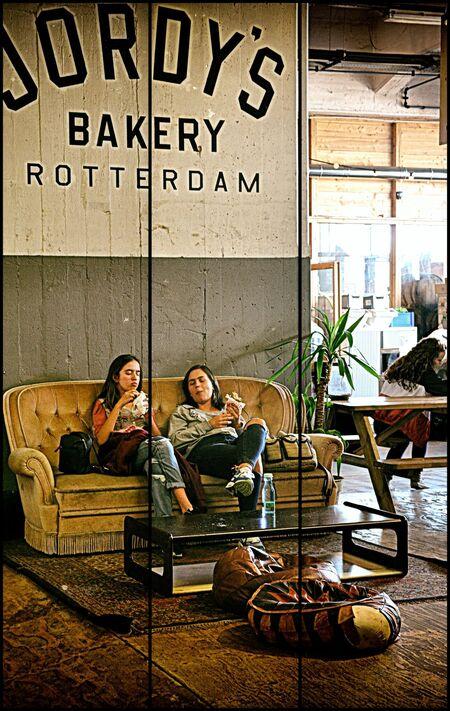 The Place to be . . - ROTTERDAM -  . . in de Fenix Food Hallen is het relaxen!! . . . de twee Fenixloodsen zijn de restanten van de ooit grootste havenopslagloodsen ter w - foto door 1103 op 18-06-2018 - deze foto bevat: structuur, fantasie, sfeer, creatief, urbex, bewerkingsuitdaging