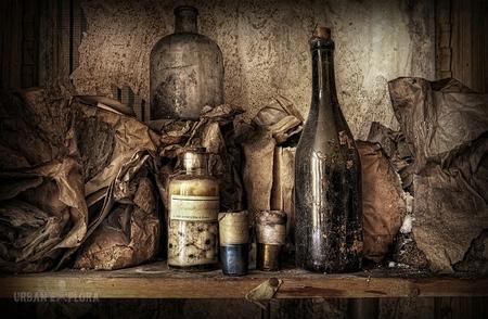 jachthuys Tack - Een verlaten huis,schijnbaar van een jager! Veel spul is al weg maar het maakt de locatie er niet minder mooi om! Wat hier in die flesjes zit,is mi - foto door Scavo_zoom op 14-04-2011 - deze foto bevat: canon, verlaten, hdr, sigma, abandoned, leegstaand, decay, 40d, scavo, tack, urban-explora, jachthuys