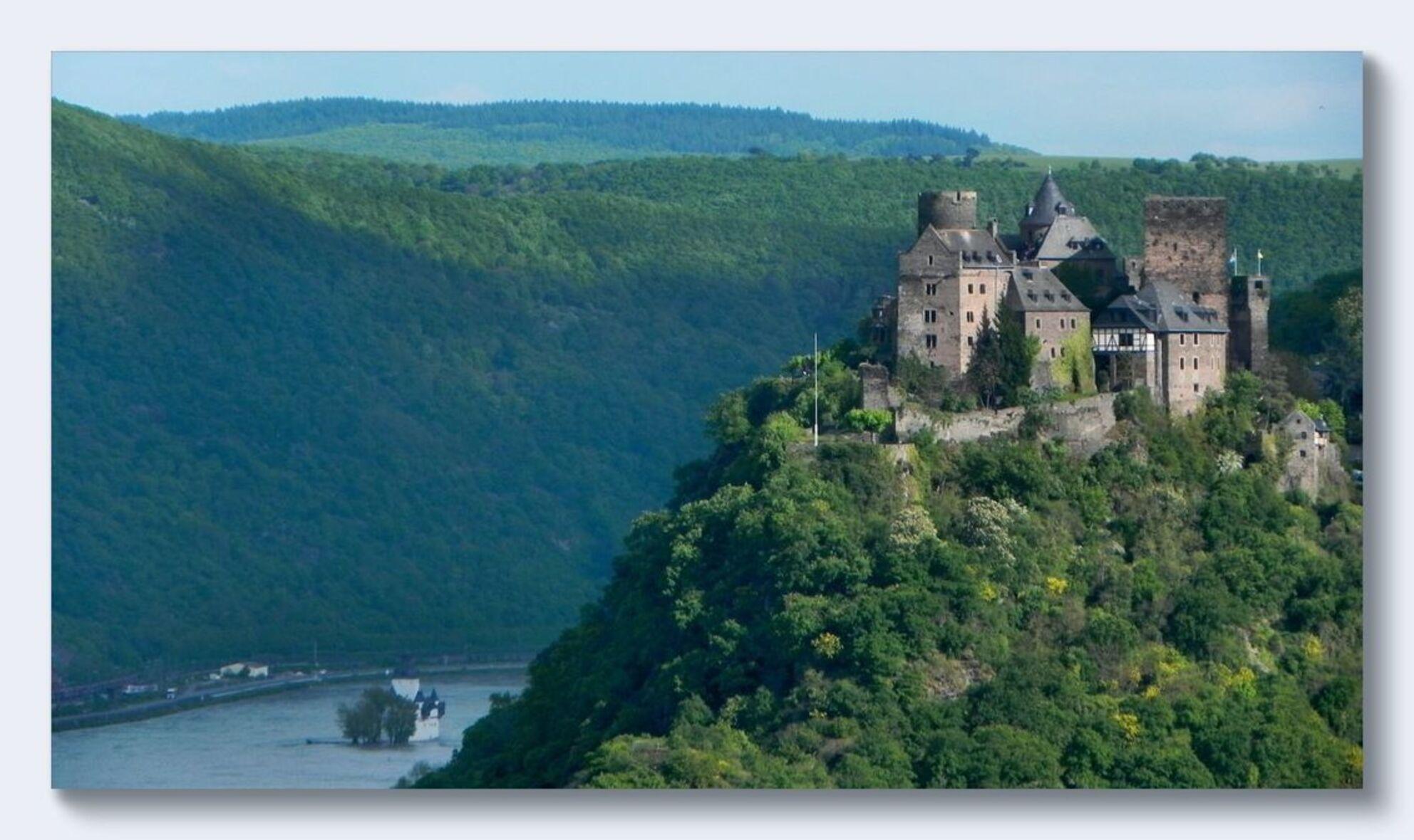 Voorjaar langs de Rijn 3 - Ook weer burcht Schönburg bij Oberwesel, nu van de andere kant genomen. - foto door ariebouwmeester op 28-03-2016 - deze foto bevat: kasteel, landschap, bergen, rivier, rijn - Deze foto mag gebruikt worden in een Zoom.nl publicatie