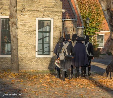 Bourtange, soldaten - Welkom in het jaar 1742! Vlakbij de Duitse grens, in het prachtige Westerwolde (Zuid-Oost Groningen),ligt de vesting Bourtange.Een uniek historisch  - foto door johandekens op 02-12-2018 - deze foto bevat: plein, bourtange, straatfotografie, soldaten, evenement, vesting bourtange