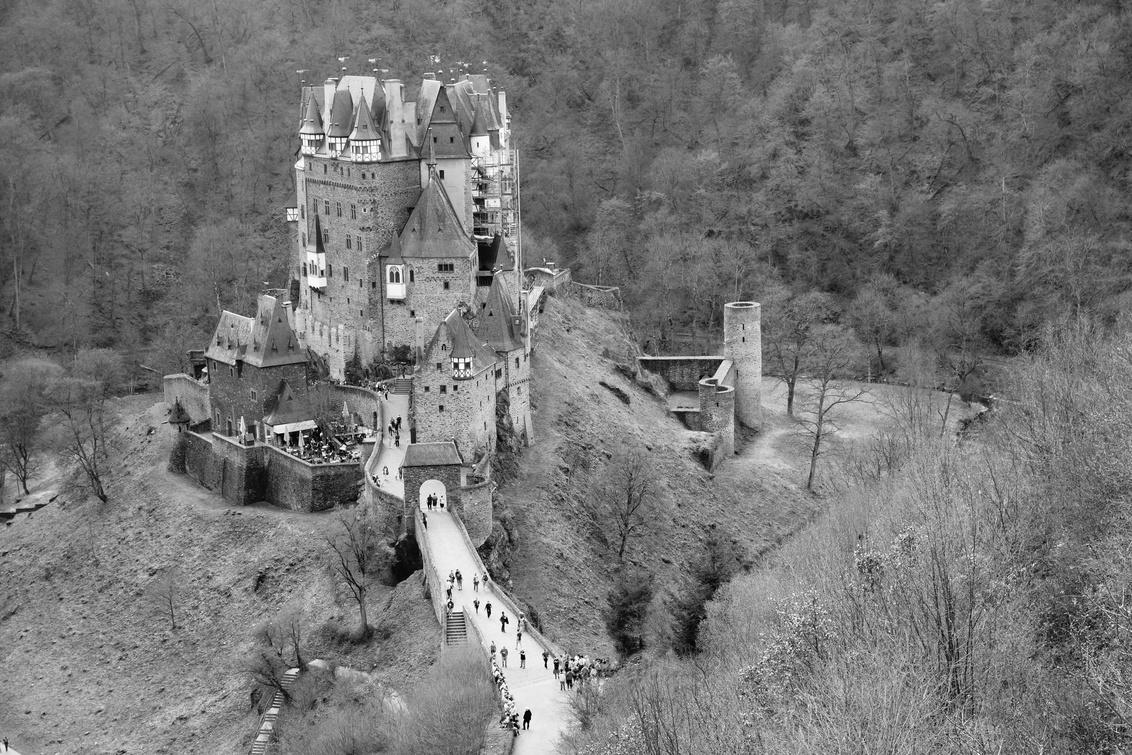 """Burg Eltz - Duitsland - Zicht op """"Burg Eltz"""" een prachtig kasteel in Duitsland (Moezel). - foto door Krulkoos op 23-04-2018 - deze foto bevat: mensen, kasteel, architectuur, reizen, gebouw, burcht, kastelen, zwartwit, wandelen, burg, toerisme, moezel, duitsland, reisfotografie, mosel, eltz, zwartwitfotografie, hoog contrast, Burg Eltz, rx100, maurice weststrate, toeristische attractie"""