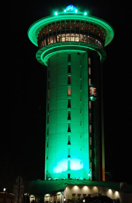 De Koperen Hoogte - De Koperen Hoogte bij de Lichtmis, nabij Rouveen. Bovenin kun je in het ronddraaiende restaurant dineren. - foto door RoelP op 23-11-2013 - deze foto bevat: groen, nacht, lichtmis, Koperen Hoogte, nacht fotografie
