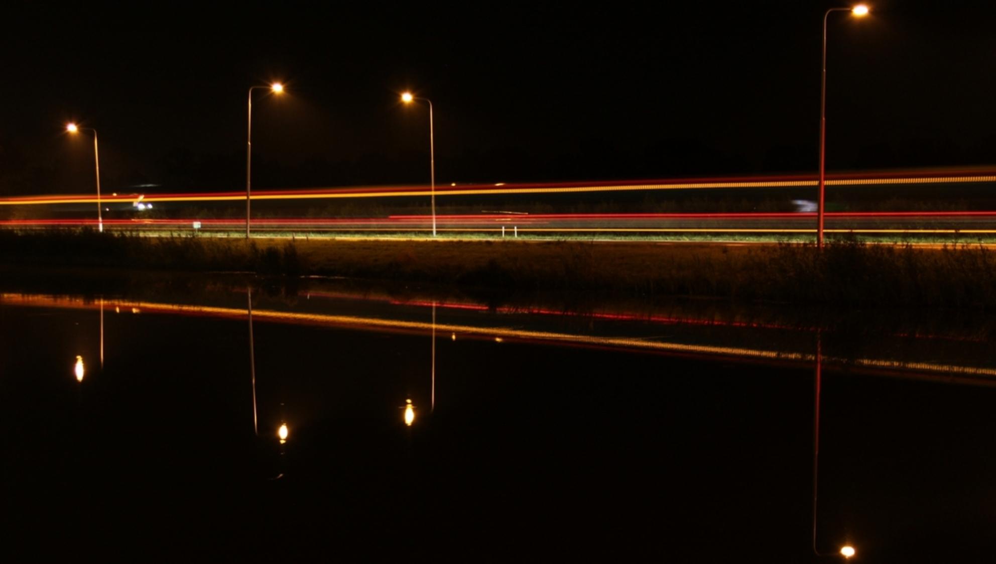 Weerspiegeling - Dank voor jullie eerdere reacties op de vorige foto's.  Weerspiegeling in een grote vijver bij een bedrijfspand en een provinciale weg waar de bus  - foto door mvdvaart op 23-09-2011 - deze foto bevat: weerspiegeling, nachtfotografie, avondfotografie, woudenberg, nacht fotografie, avond fotografie