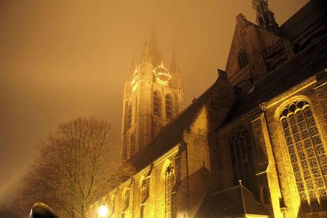 De Oude Kerk bij mistig weer