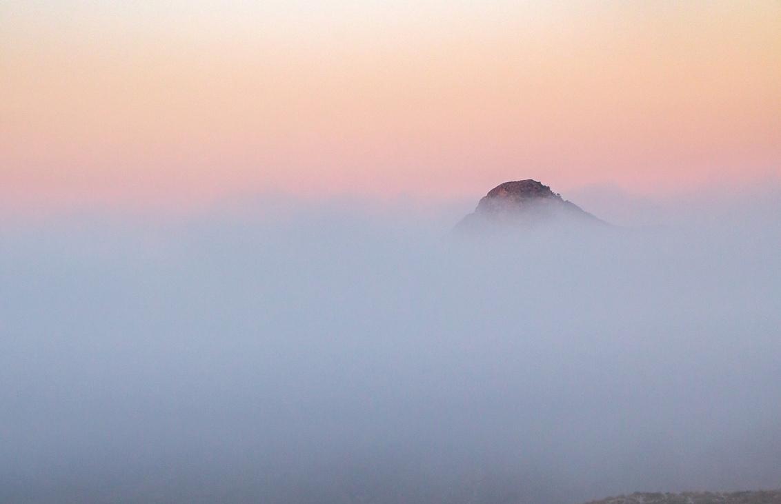 Only the Top... - Een vroege ochtend in augustus. Genieten van de aanwezige mist in de vallei. Hondon de los Frailes Spanje - foto door HenkPijnappels op 21-08-2019 - deze foto bevat: lucht, wolken, zon, natuur, licht, landschap, mist, zonsopkomst, bergen