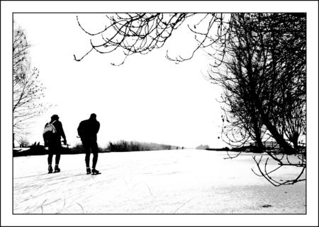Schaatsers... - Aan het begin van een lange tocht komen deze schaatsers nog eerst even in. Rustig beginnen, kletspraatje en dan de vaart erin... - foto door Foto_Marleen op 11-01-2009 - deze foto bevat: winter, ijs, schaatsers, zwart-wit