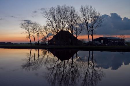 Avondschemer in Purmerland - Nog voor het donker even een plaatje schieten van een boerderij in de buurt van Ilpendam. - foto door Maragmar op 20-09-2011 - deze foto bevat: boerderij, water, avond, zonsondergang, holland, nederland, schemer, vaart, ilpendam, purmerland