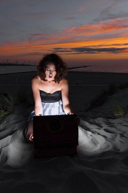 Sandbox - Model: Demi Deems Mua: Just B Beautiful - Make-up/ Hair Fotograaf: M.verbeekfotografie Locatie: Hoek van holland - foto door frmike op 27-07-2016 - deze foto bevat: vrouw, licht, portret, model, tegenlicht, flits, fashion, meisje, beauty, glamour, mode, fotoshoot, visagie, flitser, strobist