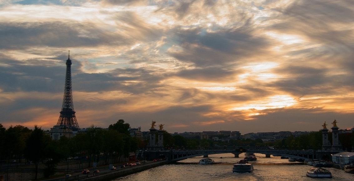 late summer Paris sky - helaas weining tijd om deze foto goed te nemen..zat nl in de bubbeldekker rond tour bus en moest snel n foto maken voordat de bus weer verder ging! - foto door bart-o op 20-09-2012 - deze foto bevat: parijs ijfeltoren