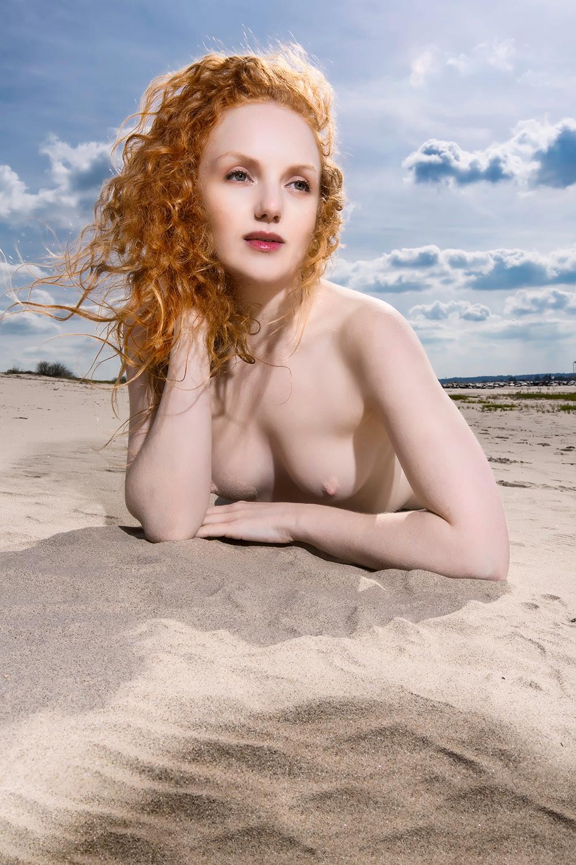 the river beach - model Ivory Flame - foto door jhslotboom op 13-05-2015 - deze foto bevat: vrouw, strand, natuur, portret, landschap, schaduw, model, rivier, art, erotiek, naakt, beach, pose, millingerwaard, klassiek, waal, fotoshoot, artistiek, redhead, Ivory flame